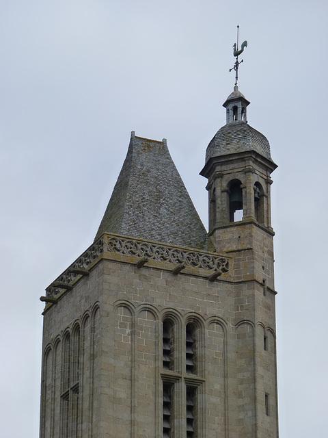 Le clocher et le beffroi de la cathédrale Saint Samson