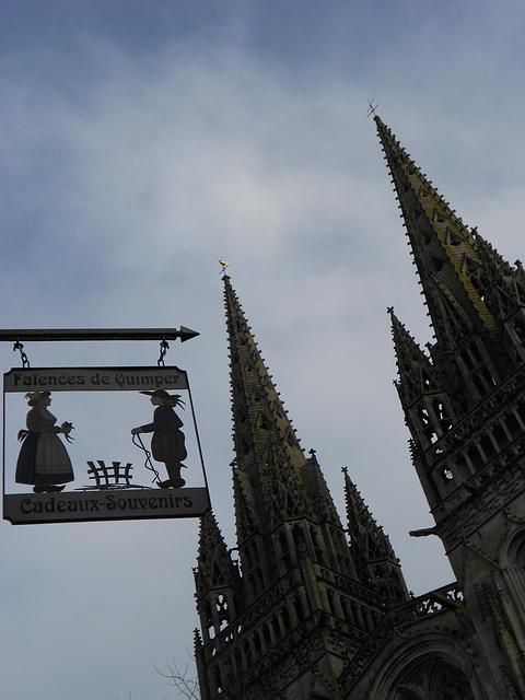 la cathédrale de QUIMPER sur ciel bleu