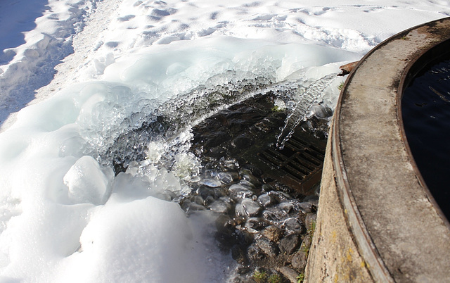 Seuil et bonde de fontaine en hiver