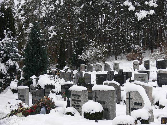 frisches Grab im Schnee