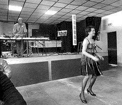 Femme du bel âge dansant en talons hauts / Lady of mature ages dancing in high heels / Tramage ou pointillisme.