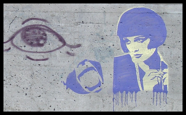 La Dame en bleu à l'oeil géant 13X / The Lady in blue with the 13X big eye - Recadrage