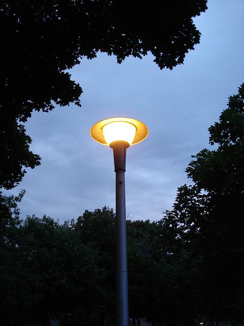 Lampadaire soucoupe volante / Flying saucer street lamp - 4 juillet 2009 / Sans flash.
