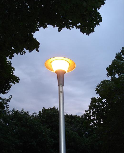 Lampadaire soucoupe volante / Flying saucer street lamp - 4 juillet 2009 / Avec flash.
