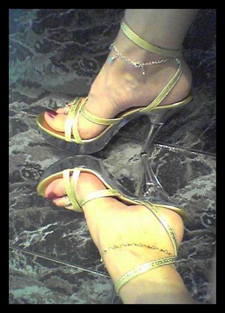 Marlène /  Ses beaux petons en talons hauts - Her appealing high-heeled feet.
