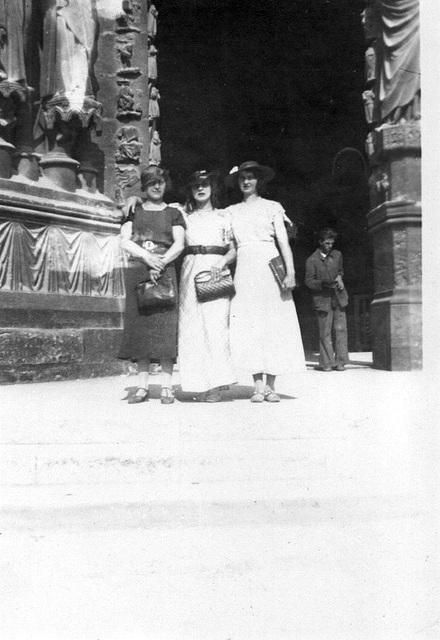 devant le portail de la cathédrale de Reims