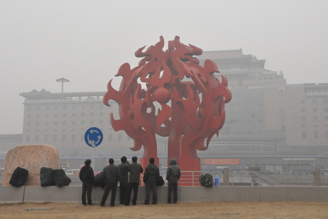 Serioza atmosfera poluado, januaro 29, 2013, la Pekina Okcidento Railway Station.  2