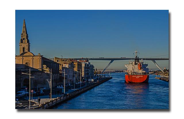 Un navire traverse la ville.