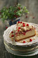 Halvaa-juustukook pohladega / Halva cheesecake with lingonberries