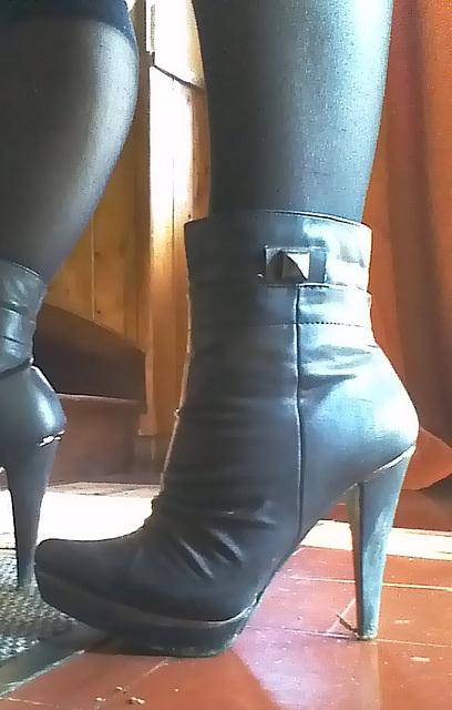 Chantal en bottines à  talons hauts / Chantal's high heeled short boots -  Amie de Claudine's friend  / 20 novembre 2012 - Recadrage