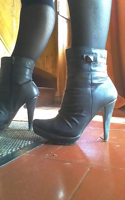 Chantal en bottines à  talons hauts / Chantal's high heeled short boots -  Amie de Claudine's friend.