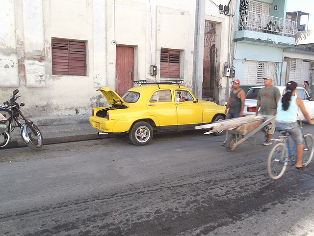 Petite jaune cubaine / Cute yellow cuban car / Coche amarillo.