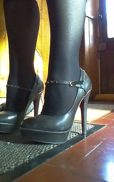 Chantal en talons hauts / Chantal's high heels -  Amie de Claudine's friend / 20 novembre 2012.