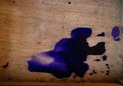 Combien de nous se souviennent-ils avoir taché la table d'école , et à la fin de l'année scolaire , l'avoir poncé au papier de verre , dans une poussière épouvantable ....
