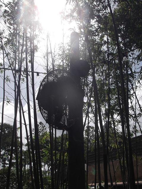 Flashy pole outdoor big fan / Ventilateur géant pour touristes en savon - July 27th 2012.