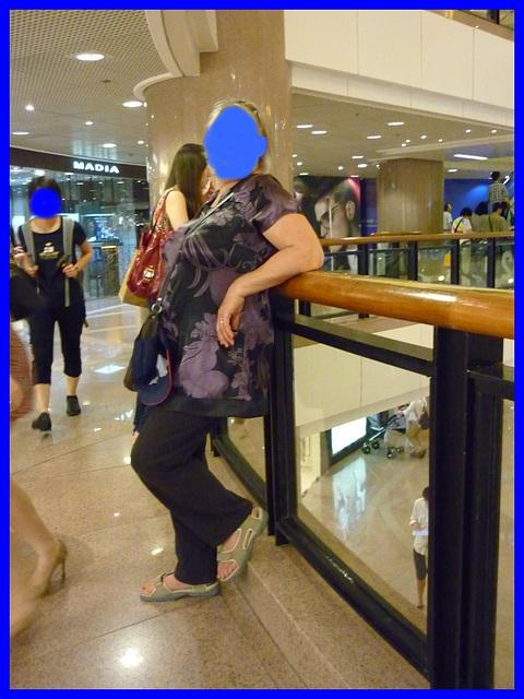Dame Myjo en pause talons hauts / Lady Myjo in a high heels break /  Myjo anonyme
