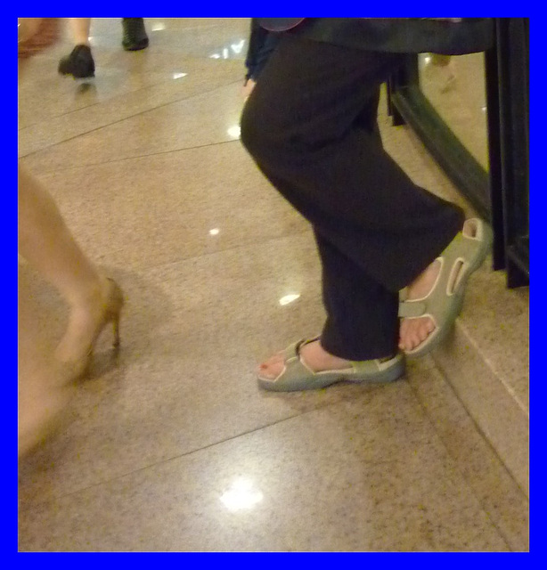 Dame Myjo en pause talons hauts / Lady Myjo in a high heels break - Recadrage