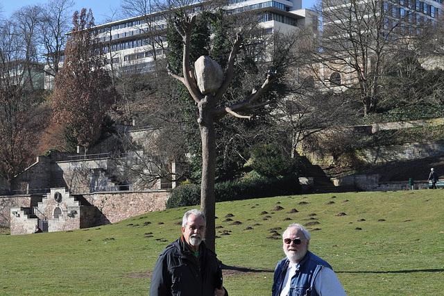 Mi kaj Wolfgang apud fera arbo en la parko de Kassel