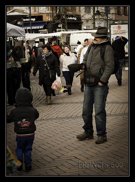 Avoir deux casquettes , ... ici une casquette et un chapeau