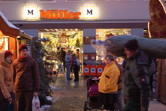 Müller (supermarketo) + viro kun kristnaska arbo