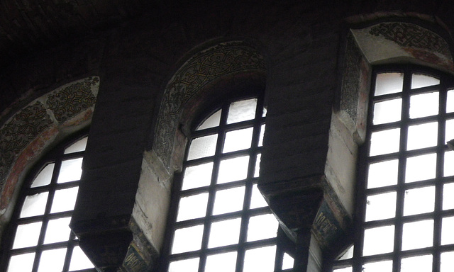 Décoration aux fenêtres de la nef.
