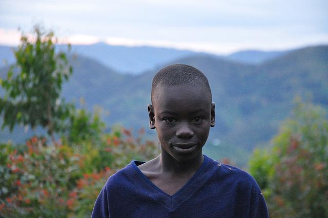 Knabo de vilaĝo norde de Kigali