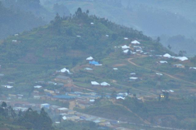 El sub la nebulo aperas la vilaĝoj de Ruando