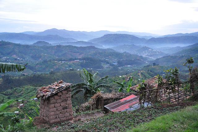 Iom post iom la tago komencas en Ruando