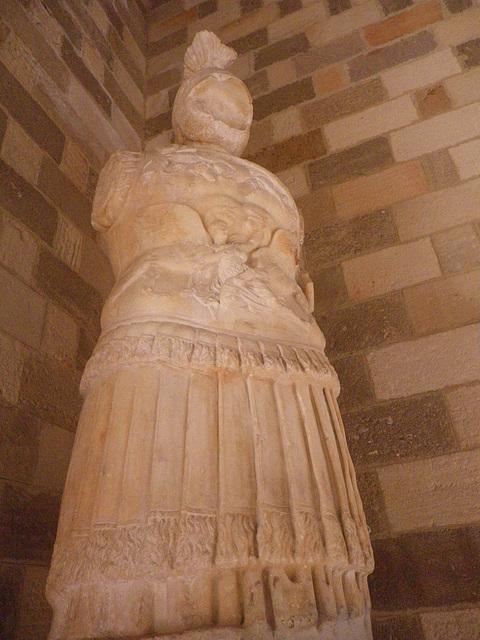 Statue de guerrier à la cuirasse ornée...