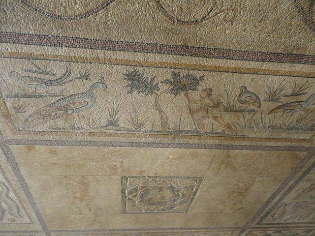 Mosaïque de la pérée rhodienne : oiseaux et chasseur.