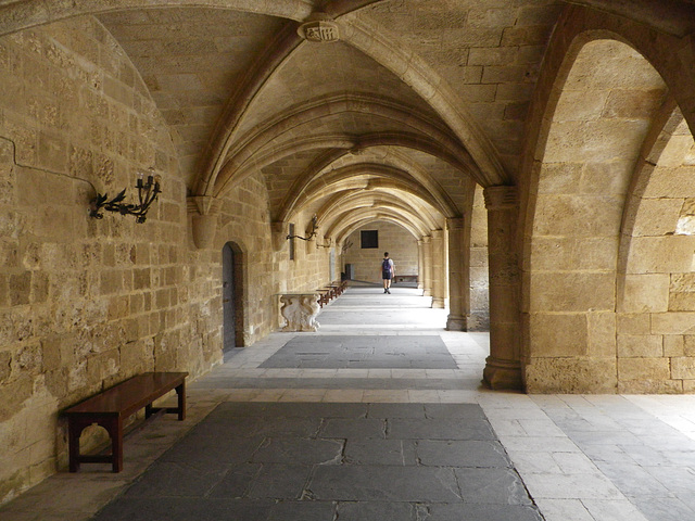 Croisées dans la cour du palais.