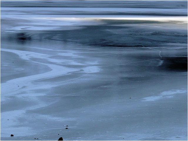 bleu de glace : le ciel dans le lac blanc
