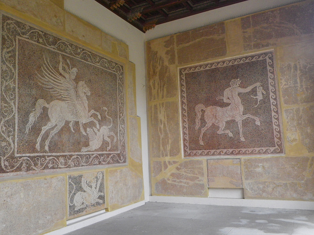 Mosaïques bichromes : héros à cheval et centaure au lapin