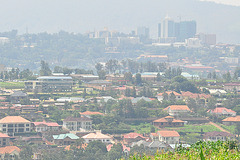 Loĝkvartalo de Kigali; fone la moderna centro