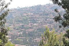 Deklivo de la monto Kigali, el la Muzeo pri Natura Historio