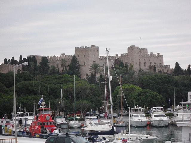 Le palais du grand-maître vu du port.