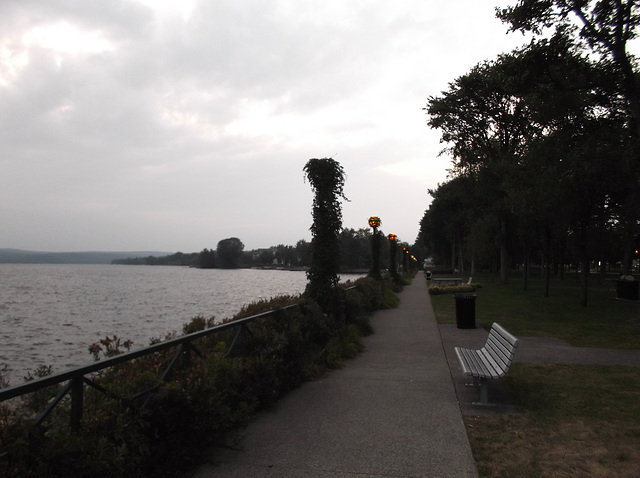 Espace de promenade relaxante /  Relaxing site for a calm walk - 31 août 2012.