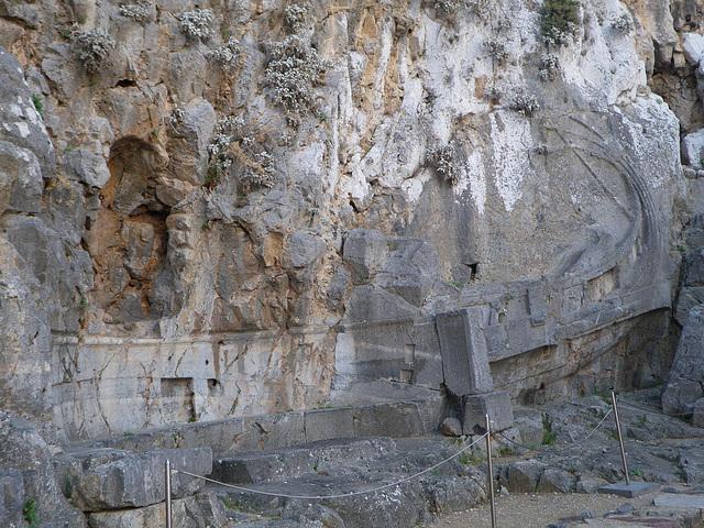 Montée vers l'acropole : bas-relief de trirème