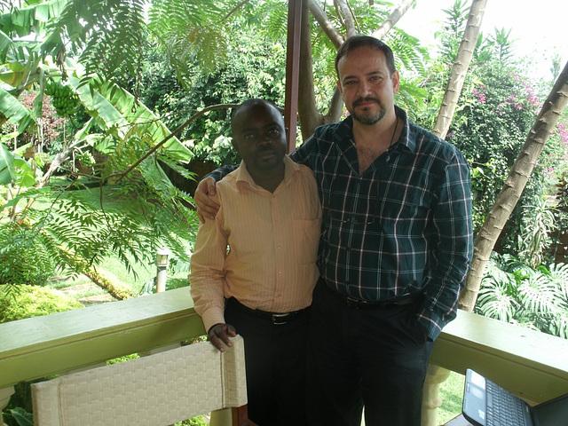 Kun Alphonse Waseka, kunordiganto de la orfejo de Goma (Kongolando), kiu vojaĝis al Kigali por konatiĝi kun mi