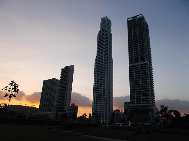 Modernité somnolente / Sleepy modernity -  Panama city / 10 janvier 2013.