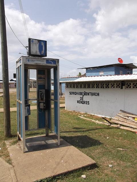 Cabine de téléphone Emberá-Wounaan phone booth - 24 janvier 2013.