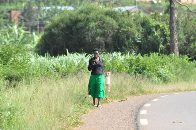 Tra la tuta lando, sur la flankaj vojoj de la ŝoseoj konstantas la piedirantoj, biciklantoj... la spuroj de la moderniĝo videblas interalie en la ĉieĉeestaj poŝtelefonoj