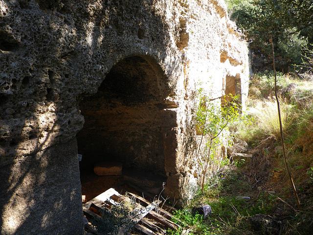 Acropole de Rhodes : tombeau troglodyte 3