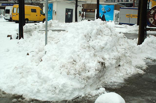 Schneemassen beim Spiel gegen Aue!