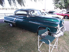 Oldsmobile & chair / Chaise et Oldsmobile