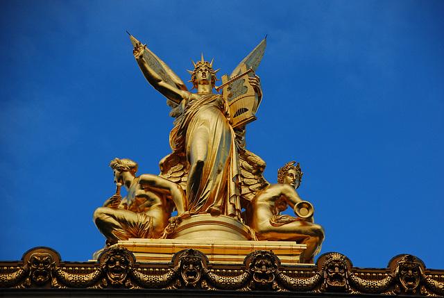 Partie supérieure d'un monument de Paris . De quel édifice s'agit-il ?