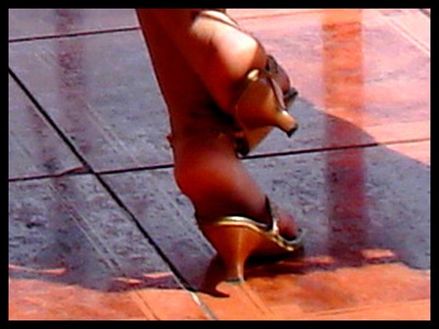Sexy Cubaine en talons hauts / Sexy cuban Lady in high heels - 5 février 2010 / Recadrage.