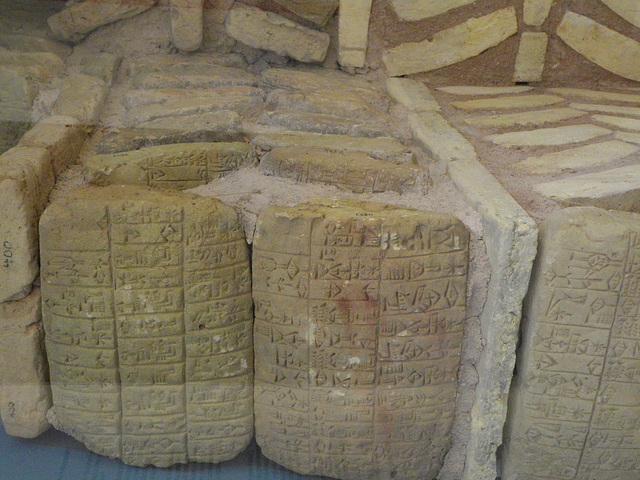 Mur avec des tablettes en cunéiforme.