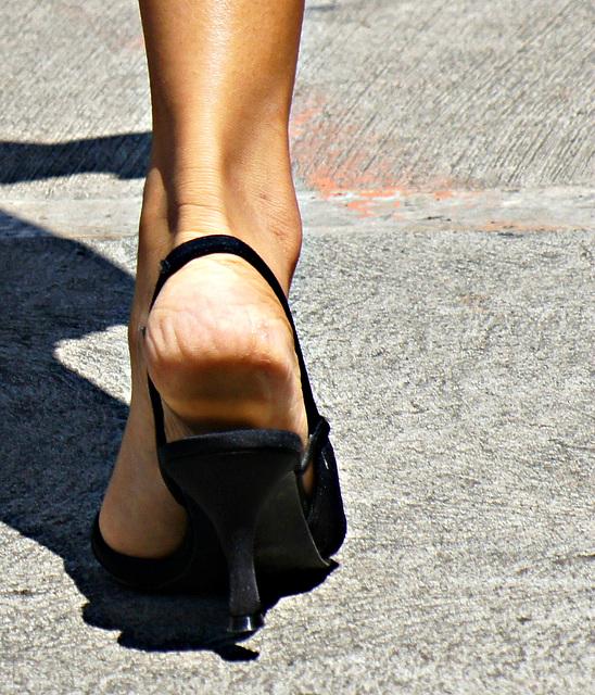 heel in naturalizer strappy sandals