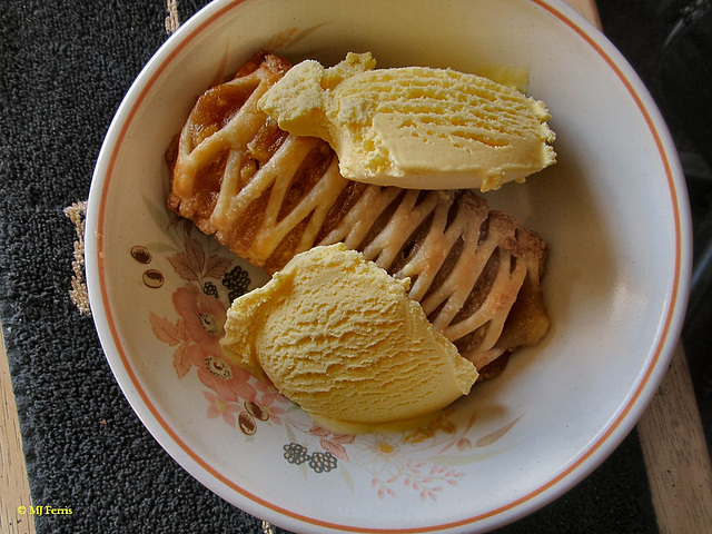 01 apple turnover and ice cream